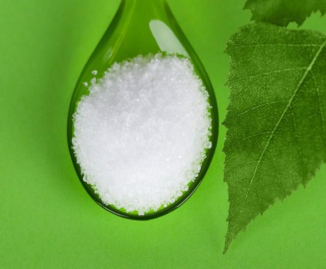 Ksylitol (inaczej cukier brzozowy) jest naturalnym słodzikiem. Dzięki temu, że zawiera o 40 proc. mniej kalorii i ma zdecydowanie niższy indeks glikemiczny od cukru, jest jego zdrową alternatywą.