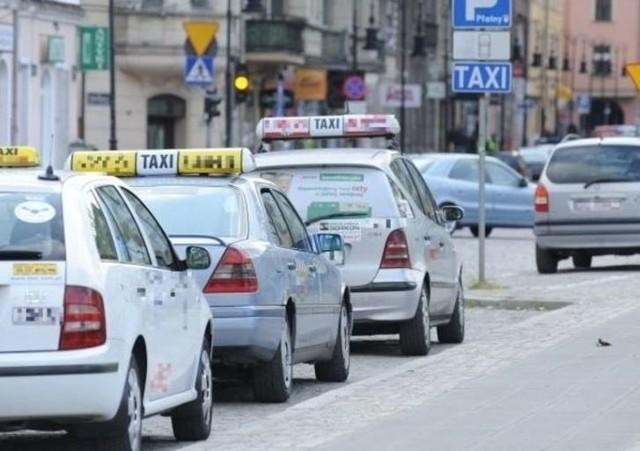 Do wypadku doszło  ponad siedem lat temu. Taksówkarz, czekając przed skrzyżowaniem na zielone światło, wyglądał przez okno, żeby się upewnić, czy nie najedzie na leżący na jezdni kamień. Wtedy w tył taksówki uderzyło inne auto. Taksówkarz uderzył głową w słupek konstrukcyjny pojazdu. Po wypadku (sprawca został ukarany mandatem) mężczyzna został przewieziony do szpitala. Lekarze zdiagnozowali wstrząśnienie mózgu, a po pewnym czasie od wypadku rozpoznali u poszkodowanego nerwicę pourazową. Okazało się również, że na skutek uderzenia mężczyzna ma uszkodzony  układ równowagi. Z tego powodu ma orzeczony trwały uszczerbek na zdrowiu w wysokości 20 proc. Na okres trzech lat dostał grupę inwalidzką. Czytaj na kolejnym slajdzie