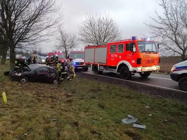 W czwartek na drodze krajowej nr 20 koło Piaszczyny (gm. Miastko), kierowca forda stracił panowanie nad pojazdem i uderzył w drzewo. Autem podróżowały cztery osoby. Odniosły niegroźne obrażenia. Jesteś świadkiem wypadku? Daj nam znać! Poinformujemy innych o utrudnieniach. Czekamy na informacje, zdjęcia i wideo!■ Przyślij je na adres alarm@gp24.pl■ Wyślij za pomocą naszego Facebooka:GP24Masz informacje? Redakcja Głosu Pomorza i GP24.PL czeka na kontakt
