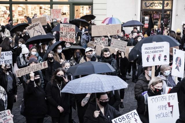 Podobnie jak w całym kraju i w Toruniu na ulice wyszły kobiety, które protestowały przeciwko decyzji Trybunału Konstytucyjnego. Uczestnicy protestu zablokowali główne ulice w mieście.