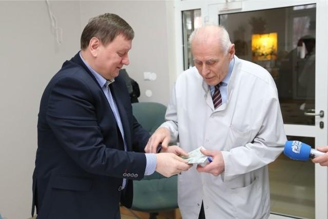 Eugeniusz Muszyc w imieniu pracowników szpitala w Choroszczy przekazał wczoraj dr Tadeuszowi Borowskiemu darowiznę.
