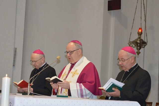 Modlitwie w katedrze przewodniczyli biskupi Andrzej Czaja, Rudolf Pierskała i Paweł Stobrawa.