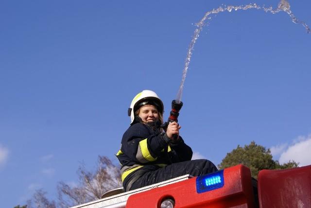 To już tradycja, że strażacy z OSP Zabór w drugi dzień Świąt Wielkanocnych polewają domy w całej gminie. W poniedziałek, 2 kwietnia, w teren wyruszyły dwa wozy strażackie, a wycie syren było słychać przez kilka godzin w całej okolicy. Mieszkańcy mogli wesprzeć ochotników drobnymi datkami. Za zebrane pieniądze zostaną zakupione mundury dla młodzieżowej drużyny pożarniczej i wyposażenie. POLECAMY PAŃSTWA UWADZE:
