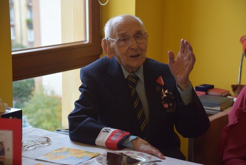 Mieczysław Wroczyński skończył 100 lat. Powstańca warszawskiego odwiedzili harcerze, wojewoda i przedstawiciele IPN (ZDJĘCIA)