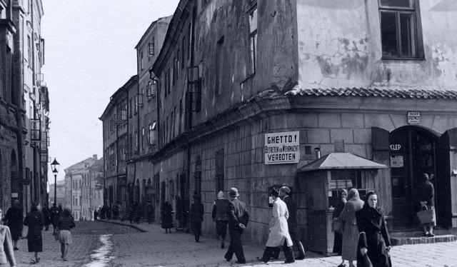 """Jedno z okupacyjnych zdjęć, widok na ulicę Grodzką. Znajdzie się ono na wystawie """"Dzielnice zagłady"""". W kadrze jest tablica oznaczająca granicę getta. Fotografia datowana na wiosnę 1941 roku."""