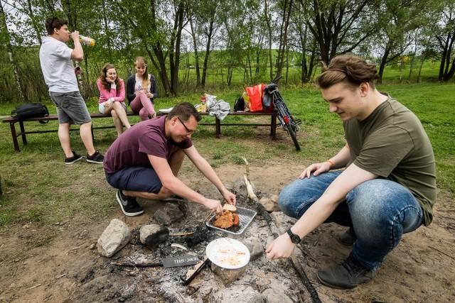 W sobotę, 22 maja, polana przy stoku narciarskim w Myślęcinku w Bydgoszczy ponownie otwiera się dla grillowiczów.