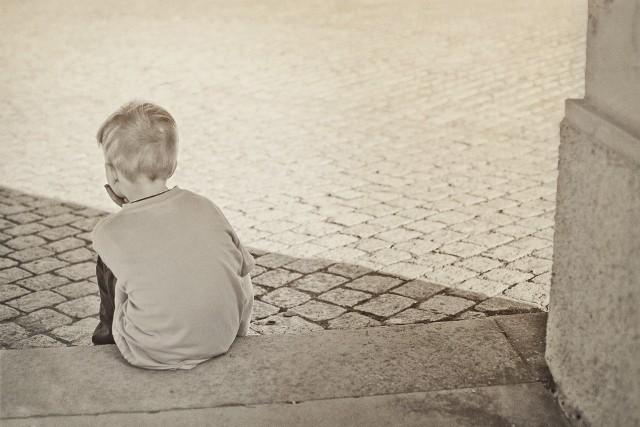 Zrozpaczonym i przerażonym dzieckiem zajął się przypadkowy przechodzień. Była druga w nocy. Wezwał policję i poczekał z chłopcem aż przyjedzie radiowóz.