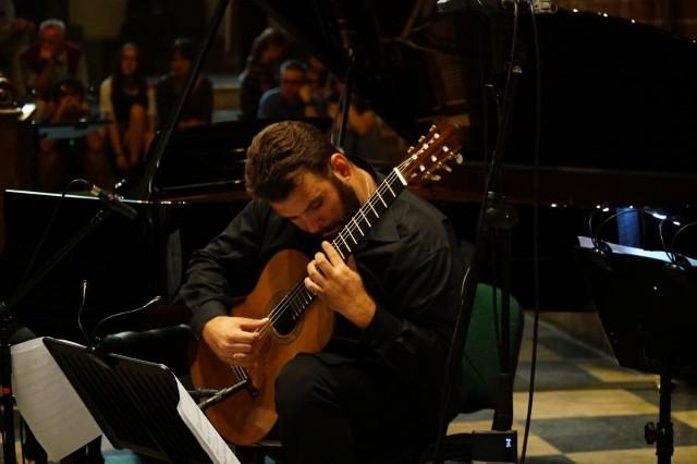 Światowej sławy gitarzysta Łukasz Kuropaczewski będzie solistą czwartkowego koncertu Kameralnej Orkiestry Smyczkowej