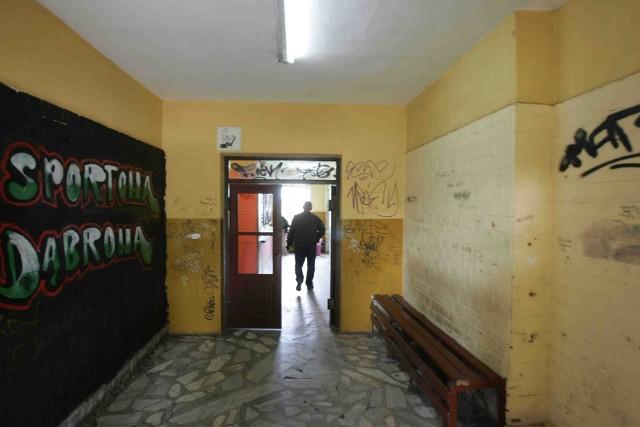 Dąbrowski dworzec to miejsce, którego wstydzą się mieszkańcy