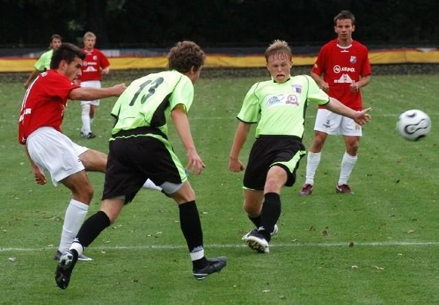 Piłkarze z Szarowoli (seledynowo-czarne stroje) do rozgrywek III ligi przyzstąpią jednak bez osłabień i będą faworytem do awansu do II ligi.