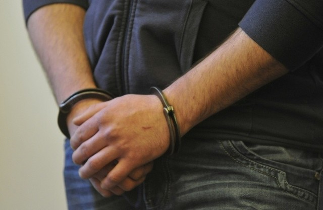 Policjanci sprawdzili miejsce wskazane przez psa, a niedługo potem zatrzymali dwóch 14-letnich chłopców mogących mieć związek z całym zdarzeniem.