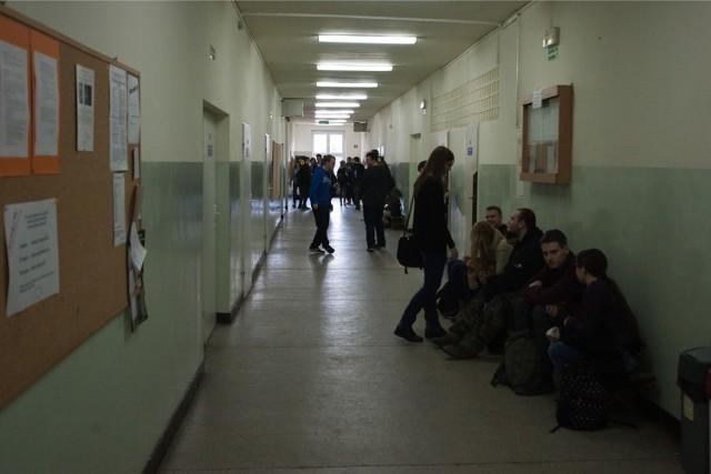 Od września tego roku w VI Liceum Ogólnokształcącym przy ul. Hutniczej 45 we Wrocławiu mają być tylko dwie pierwsze klasy. Nauczyciele i uczniowie uważają, że to początek końca ich szkoły. Podobnie myślą politycy związani z Prawem i Sprawiedliwością, którzy bronią szkoły. Miasto tłumaczy, że zmniejszona liczba klas to wynik demografii. Jednak w innych szkołach zaplanowano o wiele więcej klas. Zobacz pełną listę.