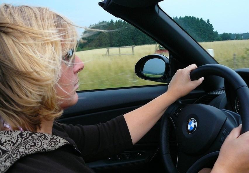 Kto jest gorszy? Kobieta za kierownicą czy facet w bmw?