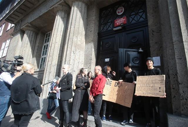 Protest przeciwko Ministrowi Czarnkowi pod II Liceum Ogólnokształcącym w Szczecinie