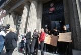 Protest przeciwko Ministrowi Czarnkowi pod II Liceum Ogólnokształcącym w Szczecinie. ZDJĘCIA