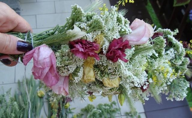Girlandę z kwiatów naprawdę łatwo zrobić. Jeśli wybierzemy gatunki, które dobrze się suszą, girlanda będzie ozdobą aż do następnego lata (albo i dłużej).