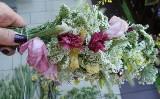 Zobacz, jak zrobić girlandę z kwiatów do zasuszenia. Instrukcja krok po kroku