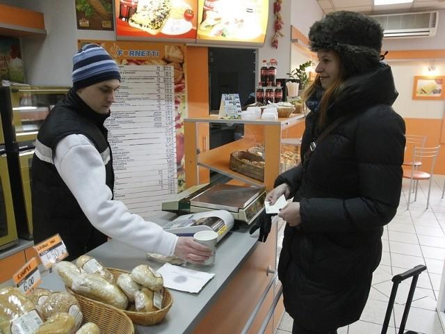 Zmarznięci pasażerowie PKP z ważnym biletem mogą liczyć na darmową herbatę. Dworzec udostępniono również osobom bezdomnym.
