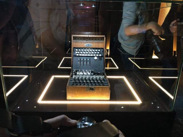 Centrum Szyfrów Enigma zostało otworzone w piątek 24 września. Na zdjęciu niemiecka maszyna szyfrująca Enigma, wypożyczona ze zbiorów Muzeum Oręża Polskiego w Kołobrzegu. Ideą jest, aby do CS Enigma wystawiane były maszyny szyfrujące Enigma z różnych miejsc. Zobacz na zdjęciach jak wygląda niesamowite Centrum Szyfrów Enigma --->