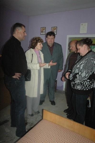 Cezary Kędzia, Anna Zimna i Henryk Fendorf ze smutkiem oglądali dom Ewy i Romana Krzemińskich. Woda poczyniła tu potworne straty.