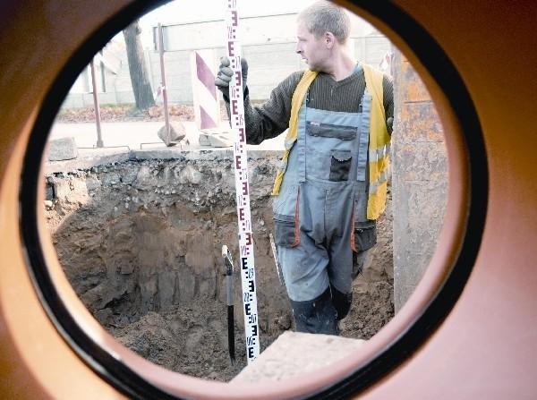 Wojciech Kozielski z firmy Matuszczak podczas prac kanalizacyjnych w Krośnie Odrz. (fot. Mariusz Kapała)