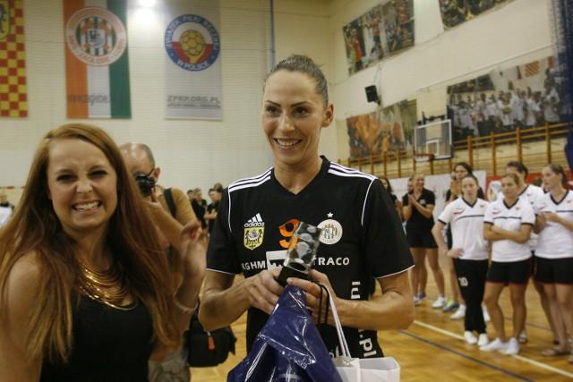 Karolina Semeniuk-Olchawa, absolwentka dziennikarstwa na Uniwersytecie Wrocławskim.