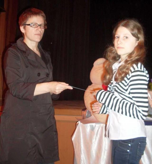 Nominacje zwycięzcy wręcza Maria Bębenek.