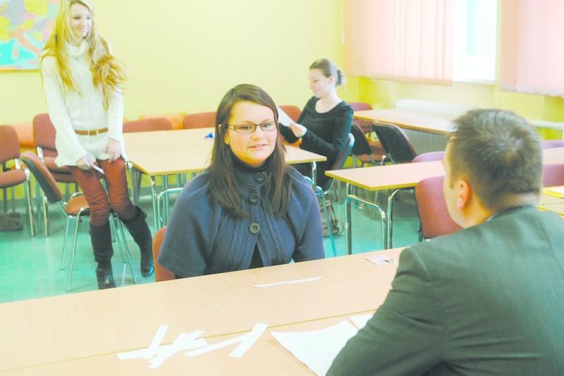 Edyta Kompala prezentuje swoją znajomość języka niemieckiego podczas ustnej części konkursu (za nią z lewej Monika Neuman).