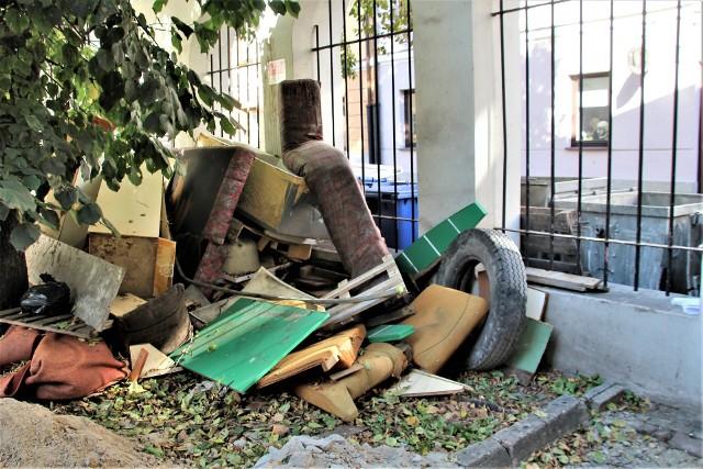 Śmieci podrzucane są w Zamościu bardzo często. Tak to wygląda np. przy u. Pereca. Czy ten proceder uda się wreszcie wyeliminować?