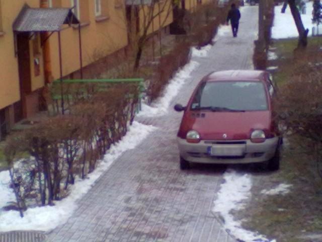 Czerwony renault zaparkowany na os. Antoniuk.