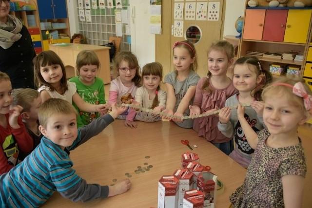 Przedszkolaki z PS nr 82 w Białymstoku już ułożyły pierwszy metr dobra składający się z 44 złotówek. Rok temu w ramach tej akcji zebrały aż 1477 zł.
