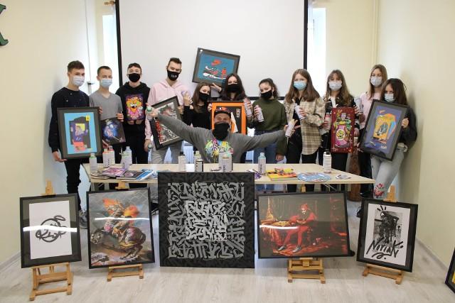 Podczas zajęć z graffiti z Człowiekiem Artystą kijewska młodzież wiele się nauczyła. I chce tę wiedzę przekazać innym
