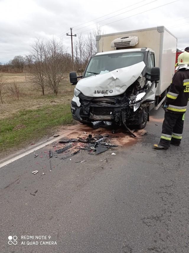 Dzisiaj (15.04.2021 r.) około godz. 7 doszło kolizji w Suchorzu na drodze krajowej nr 21. Kierujący samochodem dostawczym nie zachował ostrożności i uderzył w tył ciężarówki. Nic nikomu się nie stało. Sprawca kolizji został ukarany mandatem.