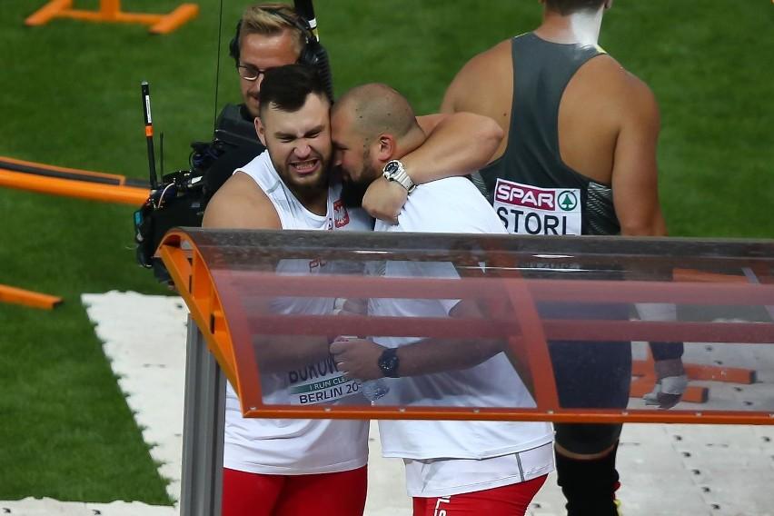 Michał Haratyk i Konrad Bukowiecki cieszą się z medali