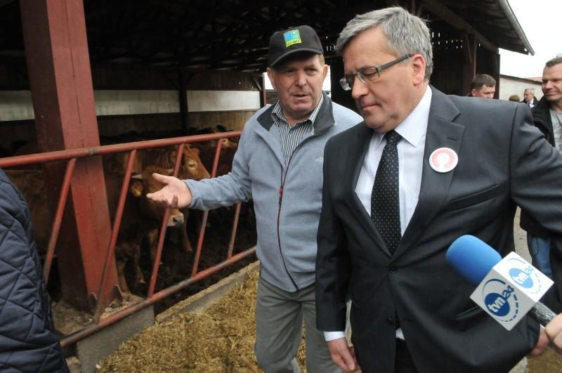 Kampania prezydencka trwa. Bronisław Komorowski odwiedził rolnika (zdjęcia)