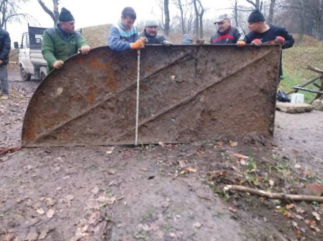Po kilku dniach pracy kilkuosobowej ekipy udało się wydobyć na powierzchnię stalowe drzwi bramy fortecznej Fortu I Salis Soglio.Odkryto również kanał odwadniający, znajdował się tuż przy bramie wjazdowej.