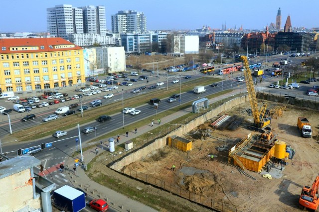 Z najnowszych danych NBP wynika, że w IV kwartale 2020 roku na siedmiu największych rynkach przeciętna cena transakcyjna nowego mieszkania była o 7,5 proc. wyższa niż w tym samym czasie w roku poprzednim.Najbardziej w górę poszły mieszkania w Lublinie, za mkw. trzeba było zapłacić tam 6 849 zł, a więc o 15 proc. więcej niż w tym samym okresie okresie 2019 roku. Spore wzrosty cen mamy też w Zielonej Górze, mkw. był to wydatek rzędu 5 343 zł, czyli o 14 proc. więcej niż rok wcześniej. Znacznie zdrożały też mieszkania w Kielcach, mkw. kosztował 5 920 zł, o 12 proc. więcej niż przed rokiem. 10-procentowe wzrosty cen odnotowano z kolei w takich miastach jak Gdańsk (9 401 zł/mkw.), Łódź (6 6624 zł/mkw.) i Opole (5 970 zł/mkw.). O 8 proc. wzrosły ceny lokali w Warszawie (10 762 zł/mkw.), Wrocławiu (8 233 zł/mkw.) i Bydgoszczy (6 666 zł/mkw.). Nigdzie nie odnotowano spadku cen. Najmniej, bo zaledwie o 1 proc. poszły w górę ceny mieszkań w Gdyni, mkw. w IV kwartale 2020 roku był to koszt 8 133 zł.Na kolejnych slajdach pokazujemy, ile średnio trzeba zapłacić za mieszkanie we Wrocławiu oraz największych miastach Dolnego Śląska (od najtańszych po najdroższe wg NBP). Różnice sięgają nawet 200-300 proc. Dalej przedstawiamy także prognozy ekspertów nieruchomości na najbliższe miesiące.