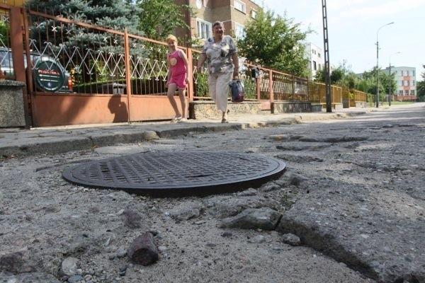 Pokruszone betonowe płyty, wystające studzienki – tak wygląda ulica Orkana