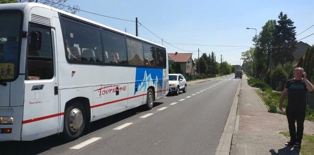 Do zdarzenia doszło tuż przed godz. 14.00. Autokar firmy transportowej Wataha wiózł dzieci do Bogaczowa. Nagle w Nowogrodzie Bobrzańskim ktoś ostrzelał go najprawdopodobniej z wiatrówki.