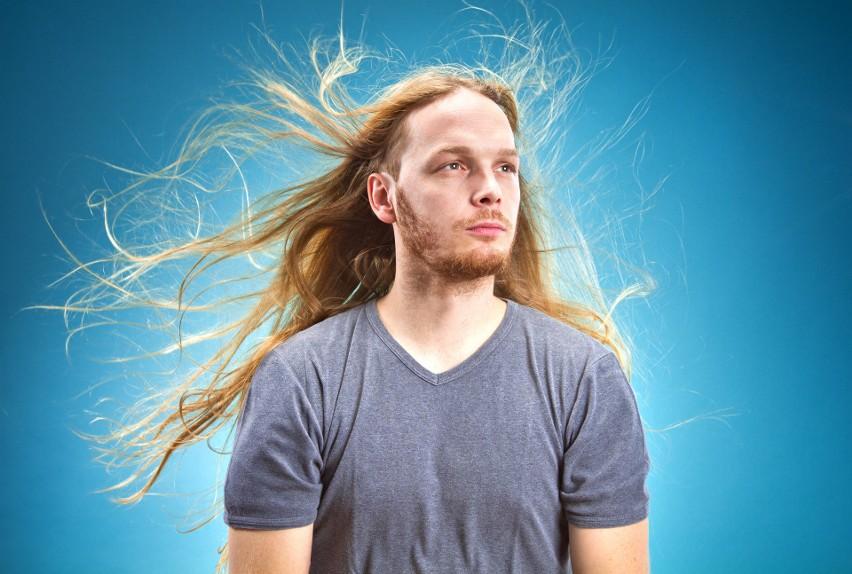 Męskie fryzury, których pozazdrościłaby niejedna kobieta. Długie włosy nie tylko u panów. Jak o nie zadbać? Porady