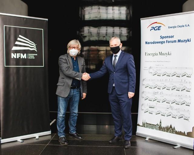 – Bardzo nam miło, że wrocławska KOGENERACJA będzie wspierać twórcze działania NFM kształtujące naszych najmłodszych melomanów - stwierdził Andrzej Kosendiak, dyrektor NFM (z lewej). – Jesteśmy dumni z tego, że już drugi rok z rzędu mamy przyjemność współpracowania z Narodowym Forum Muzyki, które tak wiele oferuje miłośnikom muzyki, również tym najmłodszym – podkreślił Andrzej Jedut, prezes KOGENERACJI S.A. (z prawej).