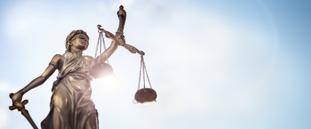 Dwóm mężczyznom grozi do 12 lat więzienia w związku z zarzutami w sprawie przejęcia udziałów w kamienicy.