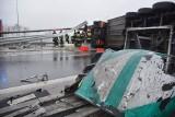 TIR wywrócił się na drodze. Zobacz wideo z miejsca wypadku [FOTO, WIDEO]