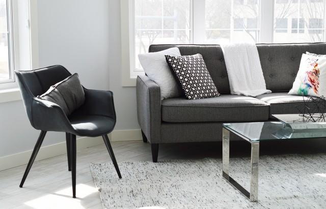 Obicie kanapy Obicie kanapy nie tylko ma pasować kolorystycznie do aranżacji wnętrza, ale również powinno być łatwe w utrzymaniu.