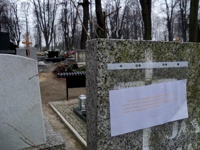 Administrator cmentarza w Prudniku sprawdził już połowę kwater. Na dziesiątkach grobów zawisły wezwania do opłaty.