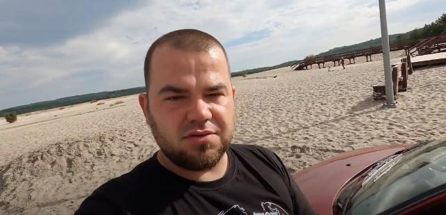 Dawid Fazowski na Pustyni Błędowskiej. Wjechał tu nocą samochodem. Koła szybko zakopały się w piachu
