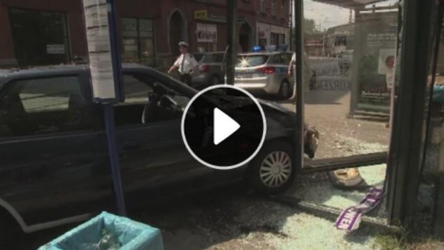 Wypadek w Chorzowie. Samochód wjechał w przystanek
