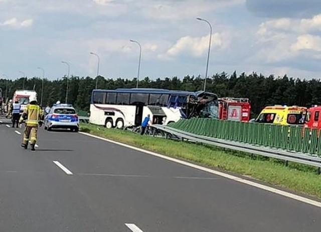 W środę (28 lipca) po godz. 15 dyżurny oficer Komendy Wojewódzkiej Państwowej Straży Pożarnej w Łodzi poinformował o wypadku, do którego doszło tego dnia na autostradzie A1 - na terenie powiatu kutnowskiego. ZDJĘCIA I WIĘCEJ INFORMACJI - KLIKNIJ DALEJ