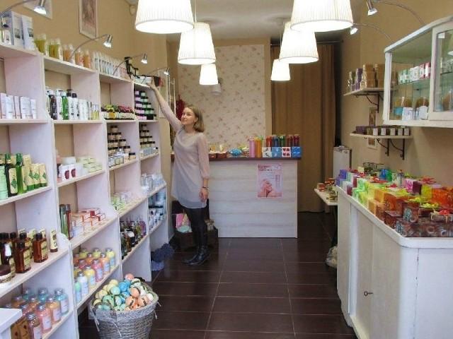 Mydlarnia u Franciszka proponuje naturalne kosmetyki z różnych zakątków świata, które wyróżnia najwyższa skuteczność, jak zachwala właścicielka sklepu.