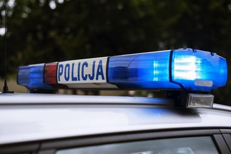 Mońki. Policjanci uratowali niemowlę zatrzaśnięte w aucie. Dziecko bezpiecznie trafiło pod opiekę mamy